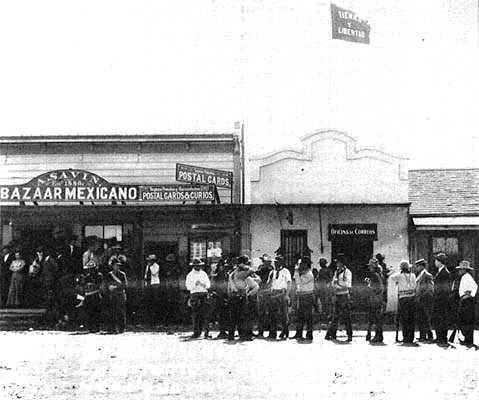 """Guerrillers magonistes amb la bandera de """"Tierra y Libertad"""" (Tijuana, 1911)"""