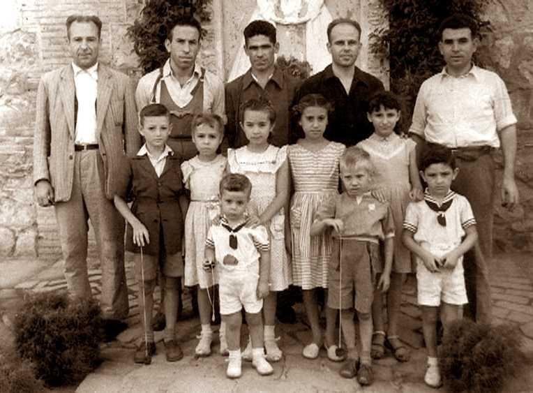 """""""El Manco de La Pesquera"""" (primer a l'esquerra), amb altres reclosos i familiars, a la presó provincial de València fotografiat per Hipólito Abraila el 24 de setembre de 1955, mesos abans de ser afusellat"""