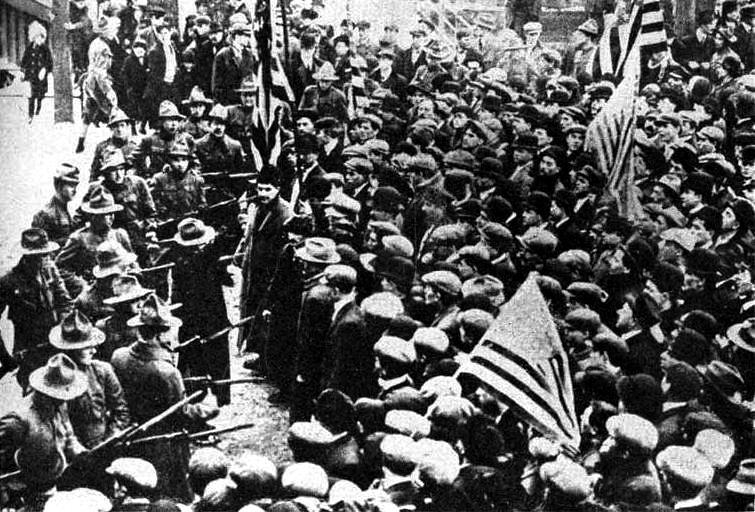 """Marines dispersant una concentració de """"wobblies"""""""