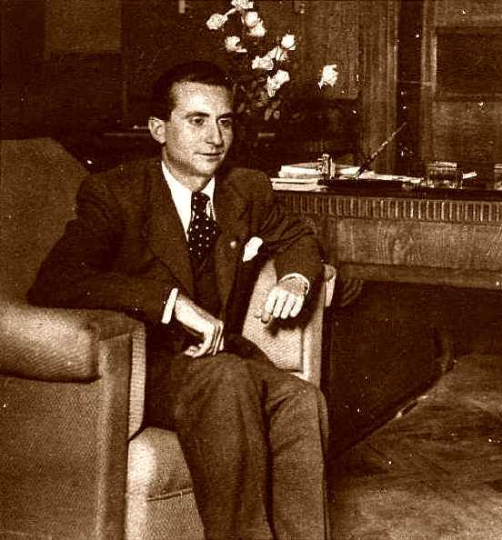 Félix Martí Ibáñez en su despacho de director general de Sanidad y Asistencia Social de la Generalidad de Cataluña (1936)