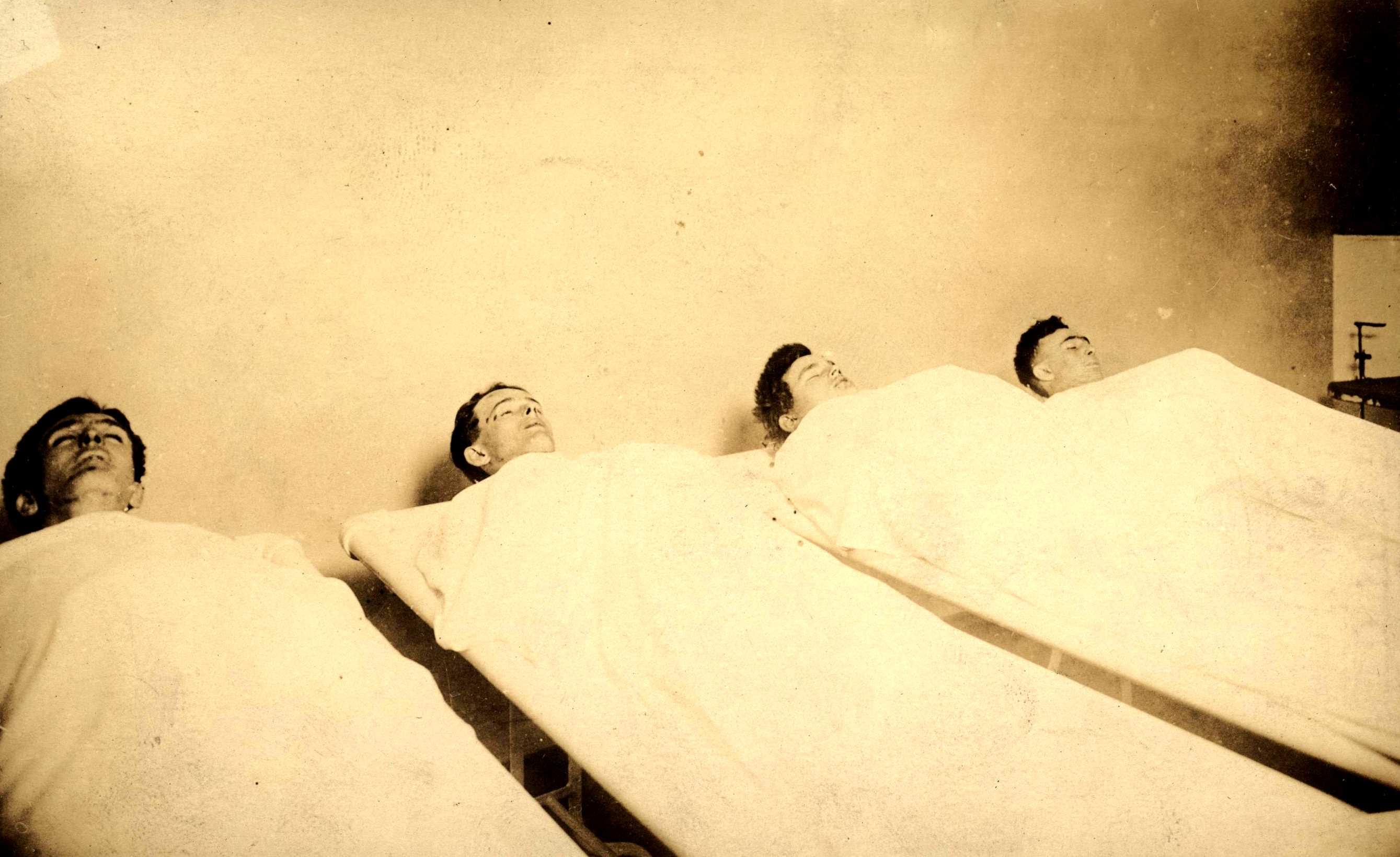 "Els ""wobblies"" Abraham Rabinowitz, Gus Johnson, John Looney i Felix Baran al dipòsit de cadàvers"