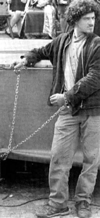 """Edoardo Massari (""""Baleno"""") encadenat en una acció de protesta a Ivrea el maig 1993"""