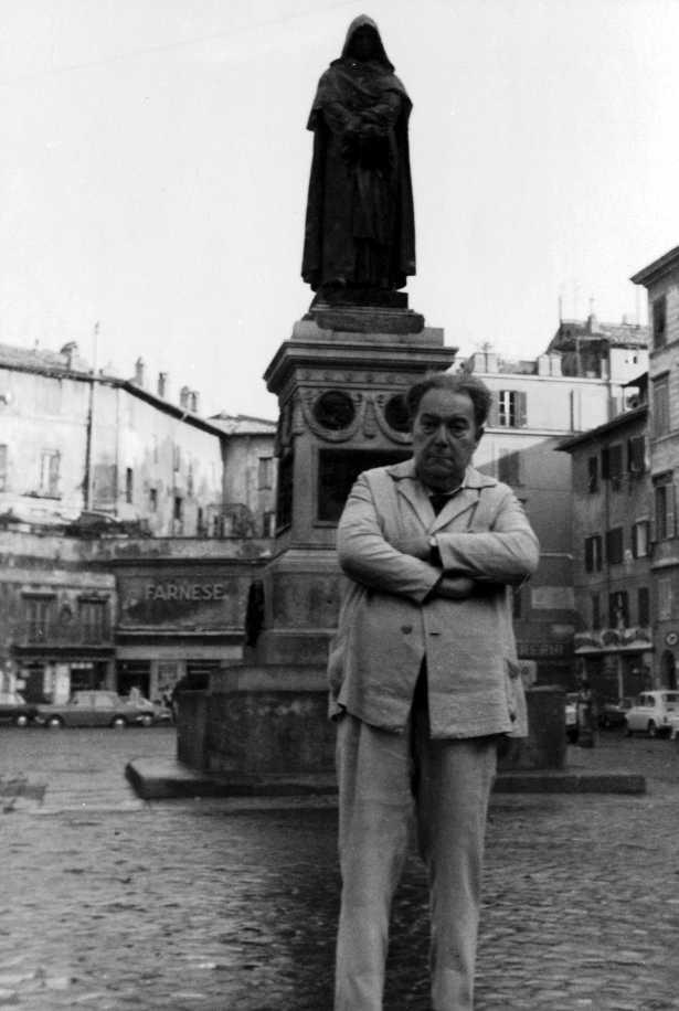 Ennio Mattias ante la estatua de Giordano Bruno (Roma, julio 1970) [CIRA-Lausana]