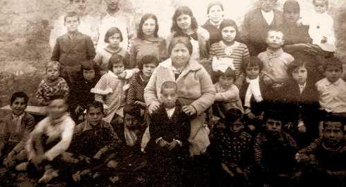 Antonia Maymón, al centre de la foto, amb alumnat