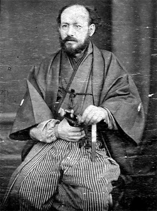 Lev Metxnikov con el traje tradicional de samurai