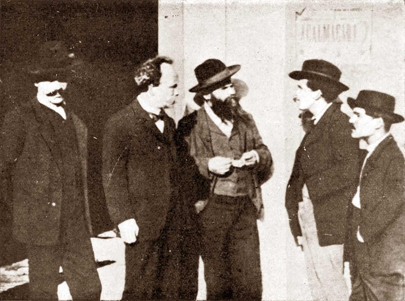 Revolucionaris presos al Quartel dos Lóios. D'esquerra a dreta: Adão Duarte, António José de Ávila, Miguel Córdova, Augusto Machado i Constantino Mendes «O Norte» (ca. 1908)