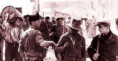 """Mercier Vega, a la dreta, amb Antonio Giménez, al centre amb un capell, a Siétamo, enquadrats en el Grup Internacional de la Columna Durruti (Fotograma de la pel·lícula """"Los Aguiluchos de la FAI"""")"""