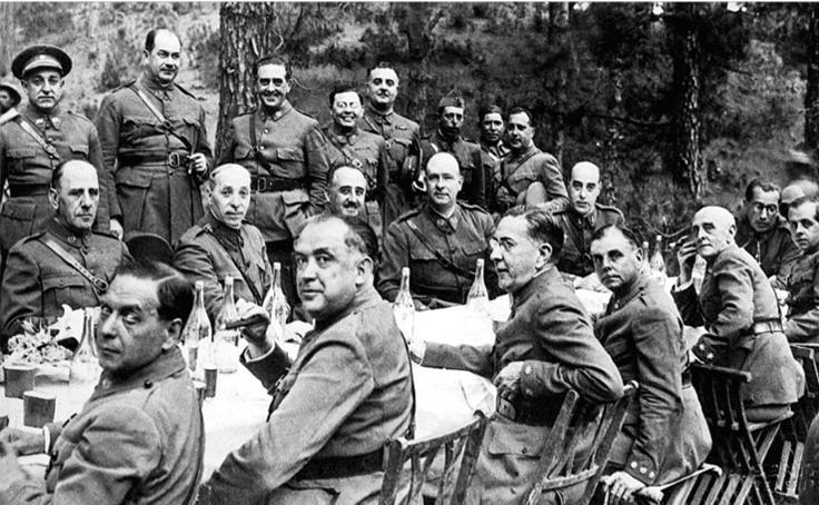 Franco amb els seus oficials a Tenerife a començaments de juliol de 1936. En aquest dinar s'enllestiren els detalls de l'aixecament militar