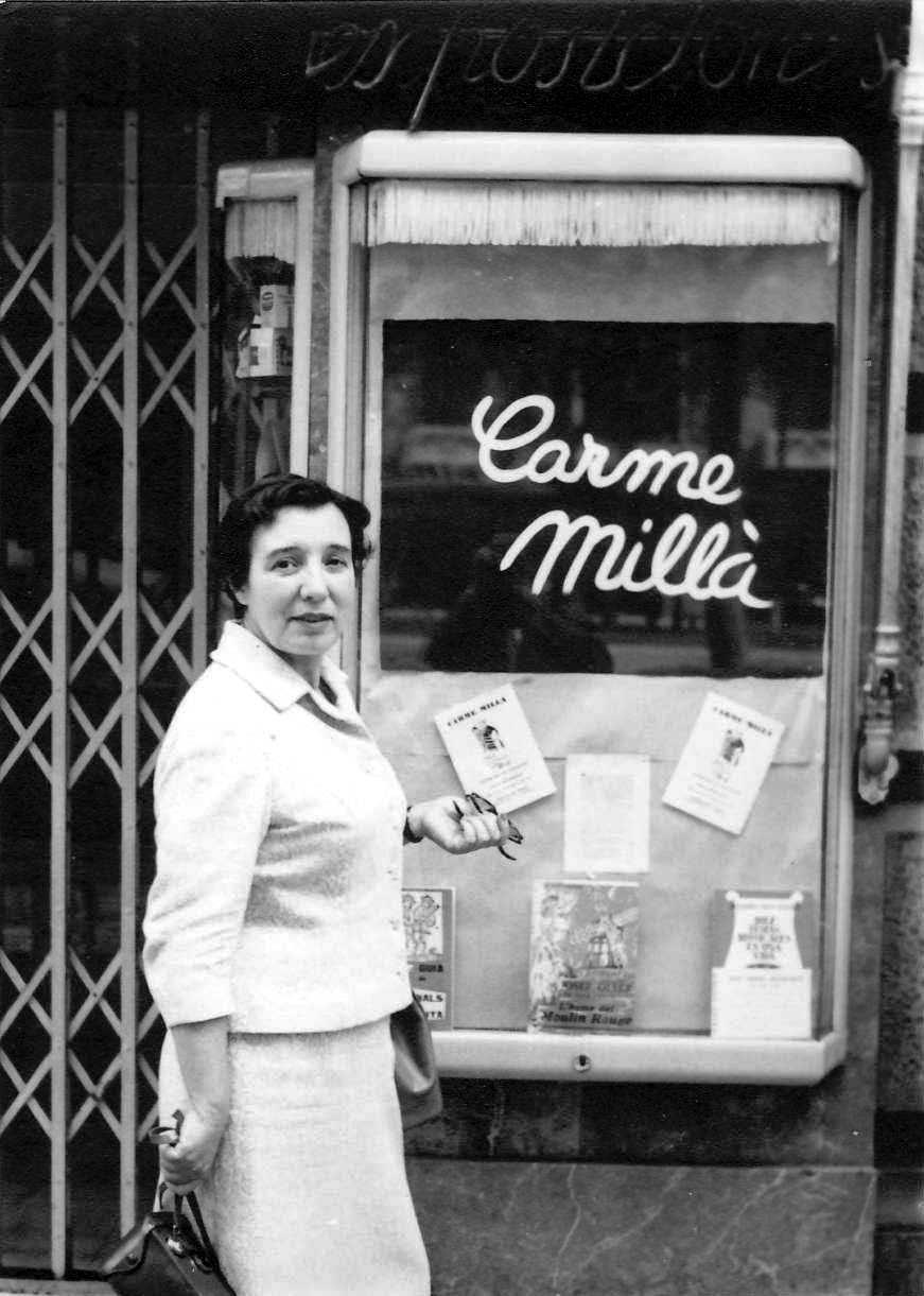 Carme Millà Tersol davant la sala «Selecciones Jaimes» (Barcelona, maig 1959)
