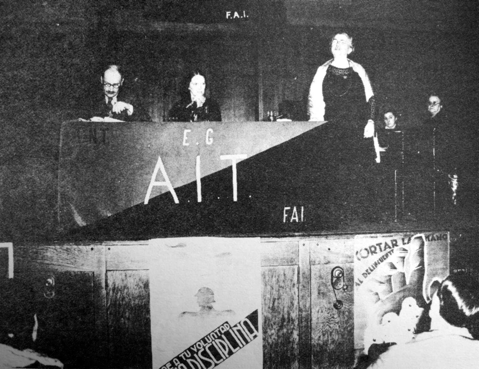 Un moment d'aquest míting. D'esquerra a dreta: Brockway, Mannin i Goldman
