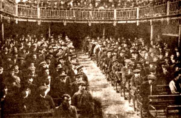 Un moment del míting al Teatre Iris