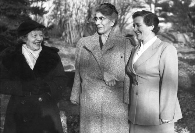 D'esquerra a dreta: Ida Pilat Isca, Milly Rocker i Rebecca Landsman (Mohegan Colony, 1953)