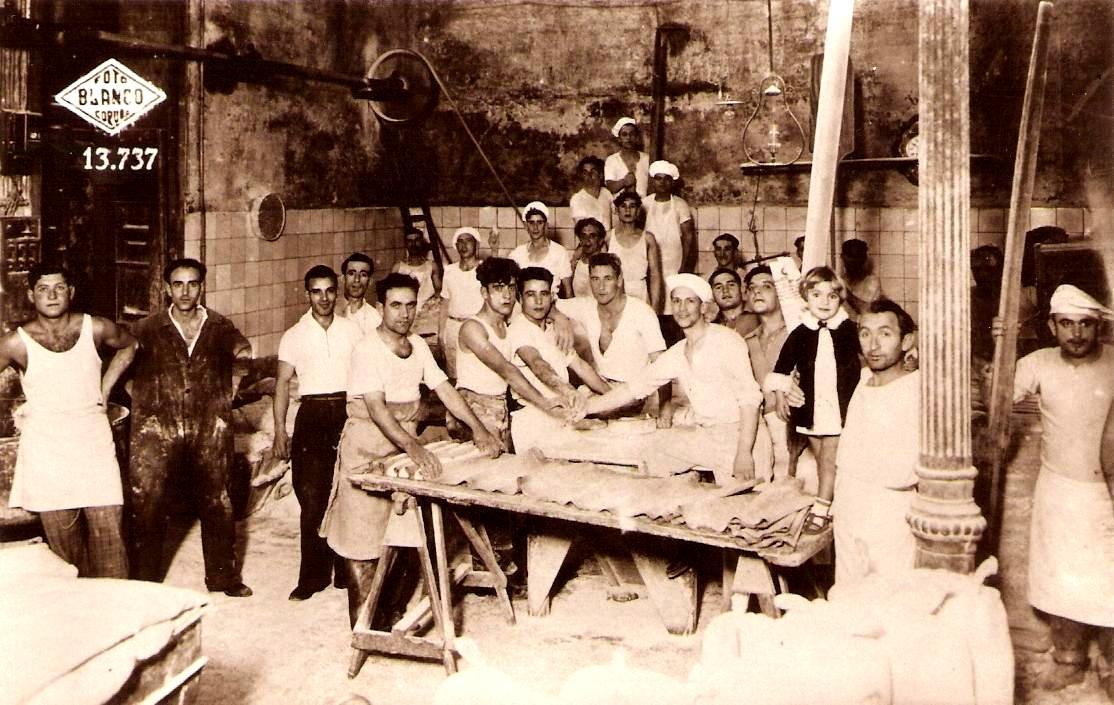 José Moren Torres, segon per l'esquerra amb granota obscura, en una cooperativa de forners acomiadats durant les vagues dels anys trenta a la Corunya