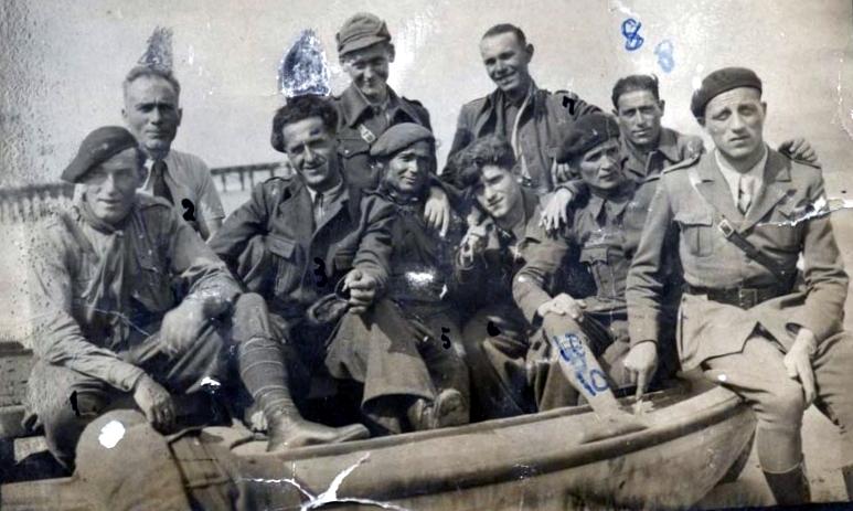 """Secondo Moscatelli, a l'esquerra marcat amb el número 2, amb altres companys """"garibaldins"""" en una platja de València durant la guerra civil [Istituto Storico Parri]"""