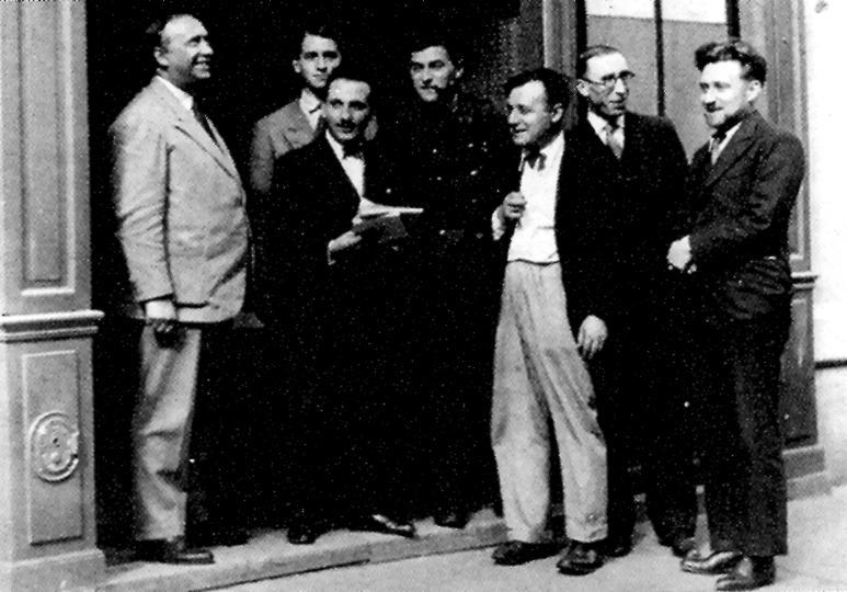 Escriptors –d'esquerra a dreta: Valois, Guignard, Léon Gerbe (amb llibres), Maurice Fombeure (militar), Poulaille, Autry i T. Rémy– a la porta de «Le Musée du Soir»