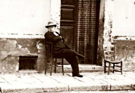 Nicola Palmiotti davant ca seva a Ururi (1959)
