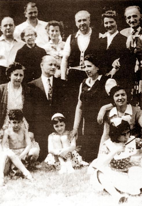 Dos «Amigos de Durruti»: Joaquín Perez (centre, damunt) i Marcelino Benedicto (centre, davall). També són presents Delso de Miguel, la mare i la germana de Joaquín Navarro, Catalina Partos, Félix Gurrucharri i Suceso Portales (Londres, anys setanta)