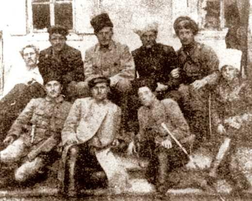 Estat Major de l'Exèrcit makhnovista (octubre de 1920). Primera fila (d'esquerra a dreta): Martxenko, Karetnik, Vassiliev i Melnik, xofer de Makhno. Segona fila: Kurilenko, Belash, Petrenko, Roma i Schuss