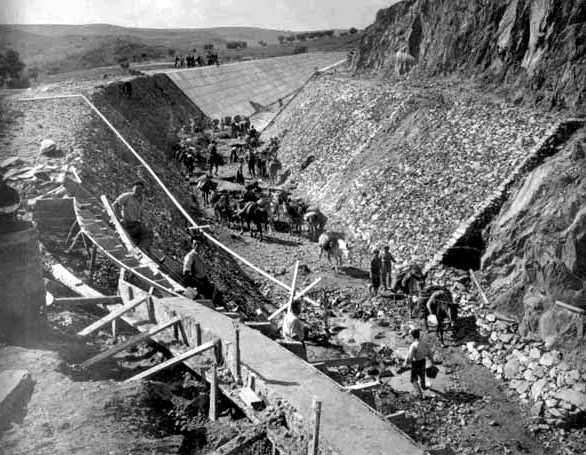 Obreros construyendo el canal del «Plan Badajoz»