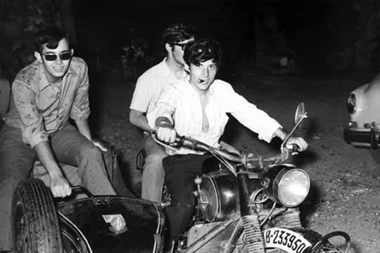 Puig Antic mandando una moto en una fiesta con los amigos de Palautordera