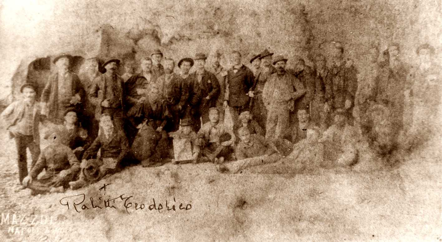 Teodorico Rabitti, marcat amb una creu, amb altres confinats