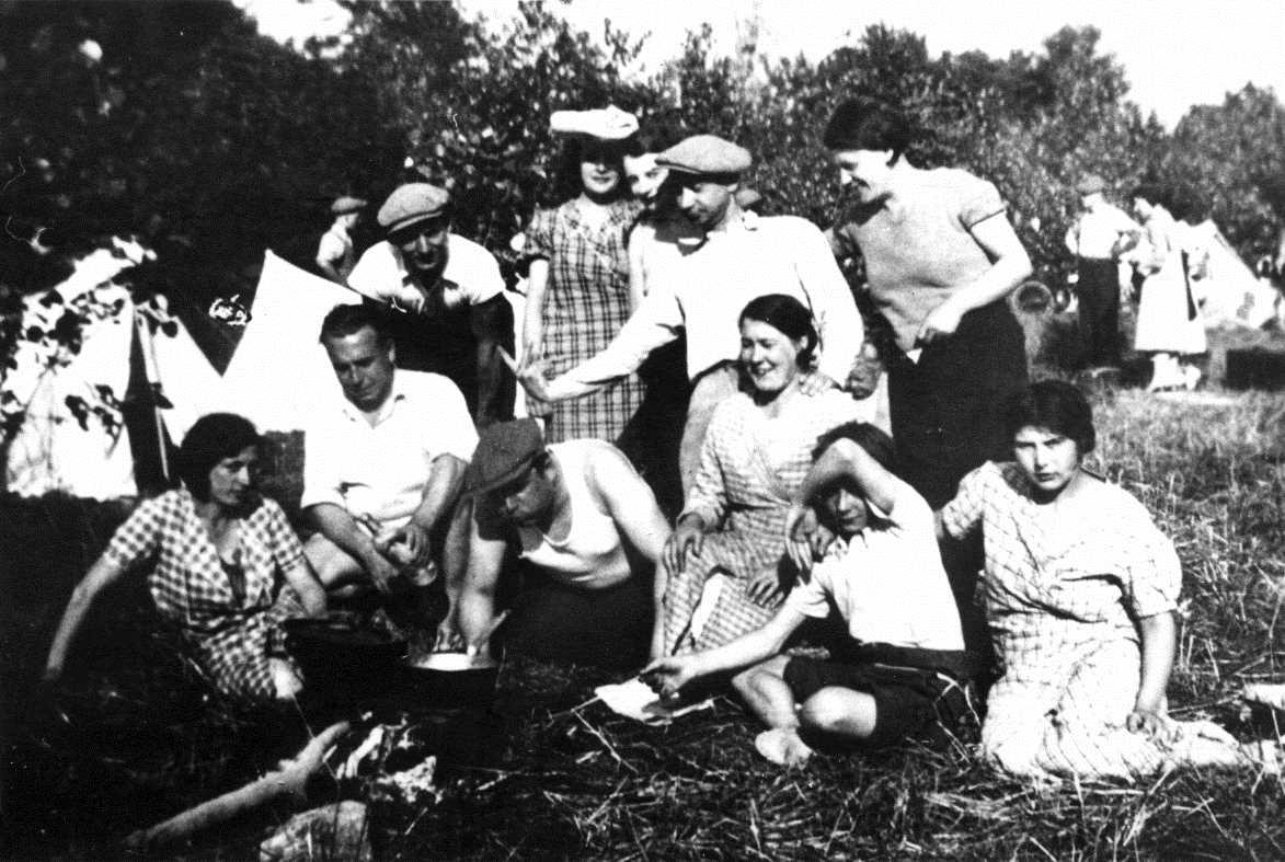 René Ringeas, al centre dret amb gorra, i altres companys en una acampada (ca. 1935) [CIRA - Lausana]