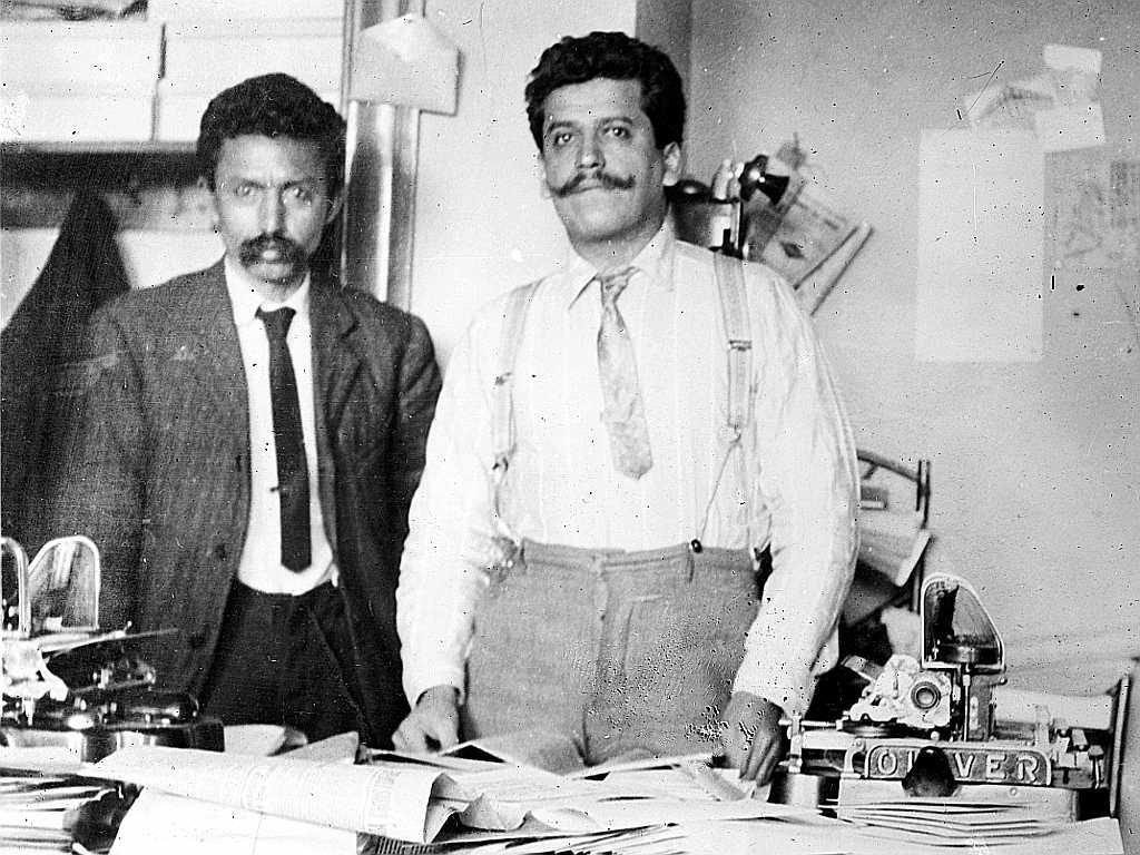 """Librado Rivera i Enrique Flores Magón a la redacció de """"Regeneració"""" a Los Ángeles (Califòrnia, EUA)"""