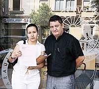 Saïda Saddouki mostra la denúncia, amb Tomeu Martí, portaveu de l'OCB