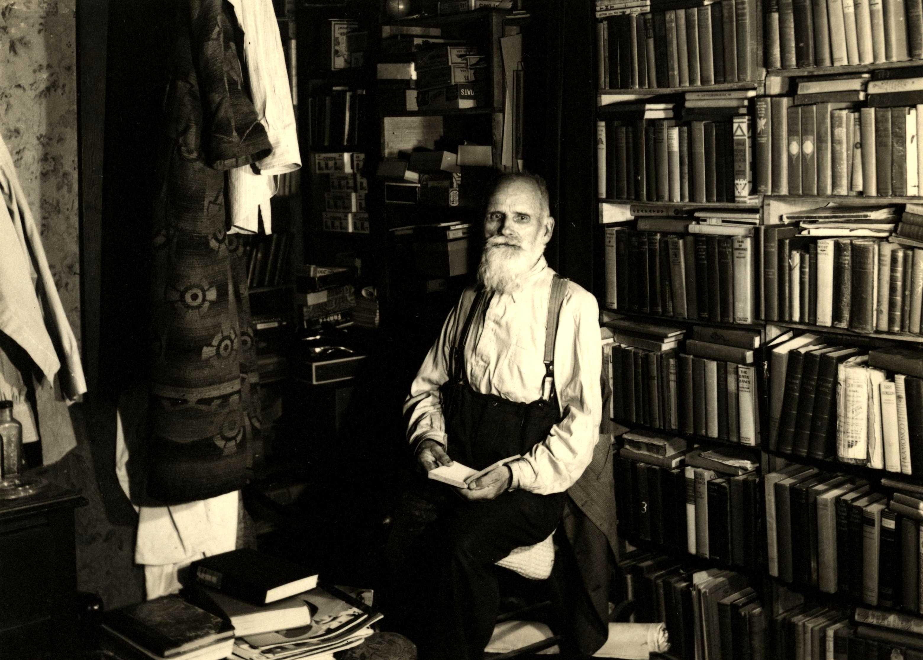 Alfred Sanftleben a la seva biblioteca