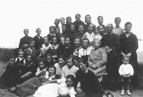 Grup de preses de Saturrarán amb alguns dels seus fills (setembre de 1942)