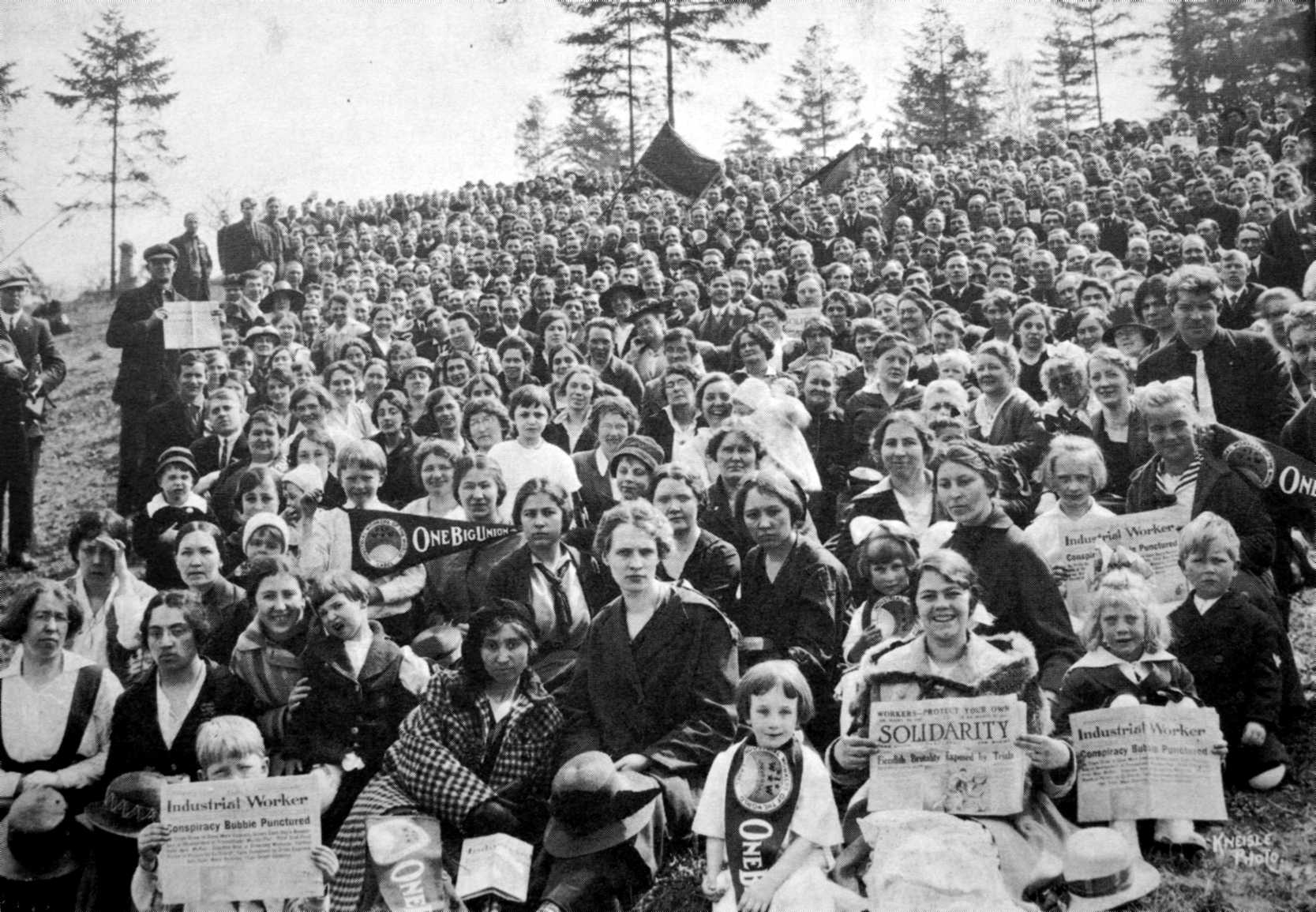"""Commemoriació de les víctimes d'Everett al Mount Pleasant Cemetery de Seattle (Washington, EUA) el Primer de Maig de 1917. Algunes dones porten exemplars de """"Solidarity"""". Foto de Kneisle"""