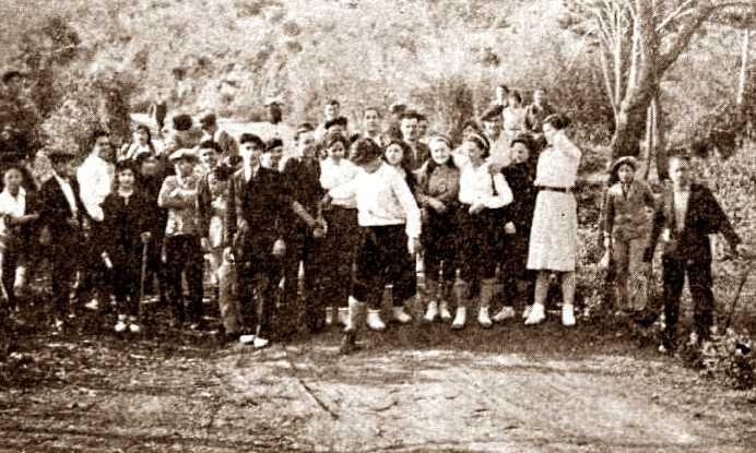 "El grup ""Sol i Vida"" en una sortida al camp (Les Fontetes de Sardanyola, abril de 1932)"