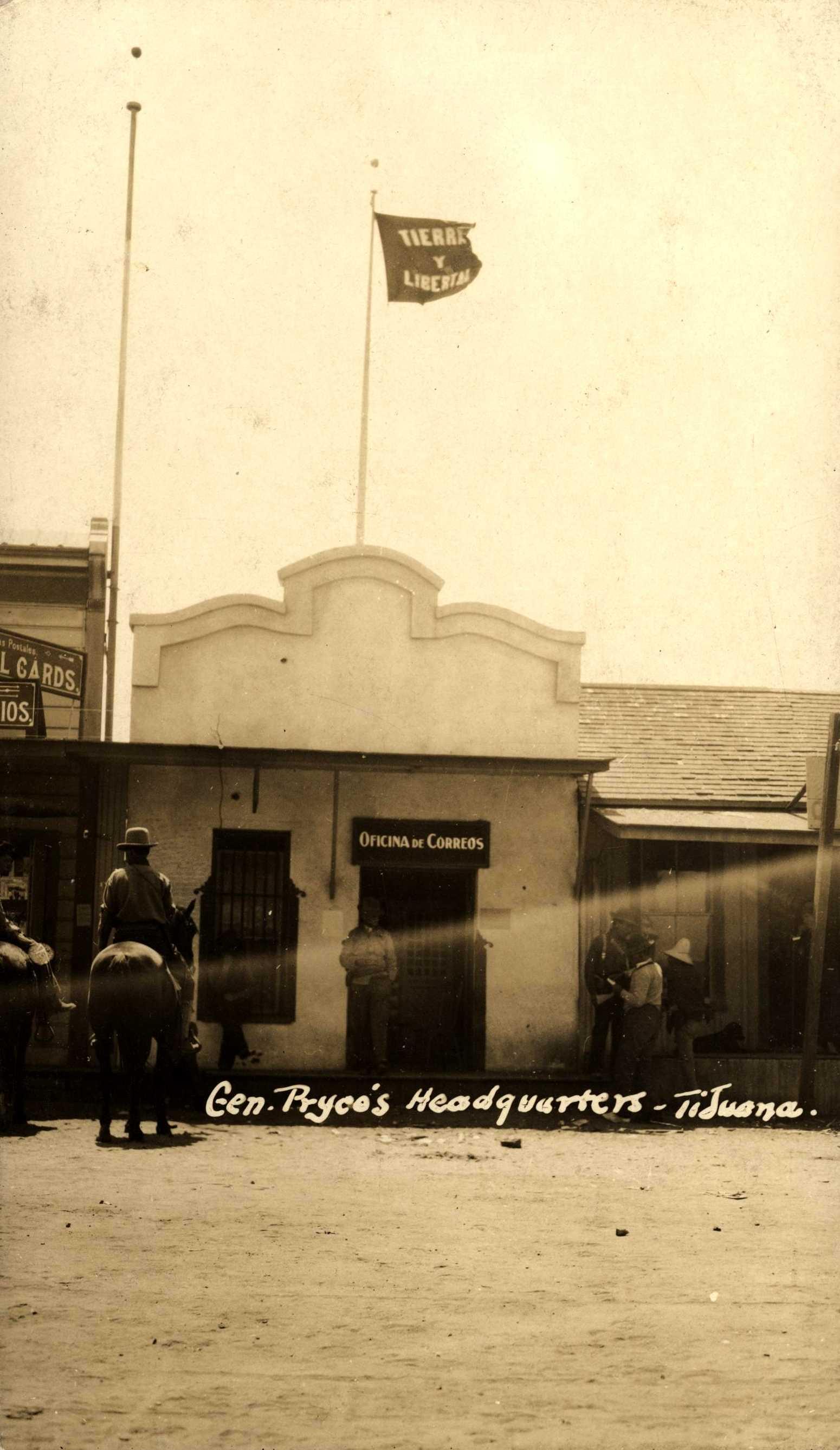 """Guerrillers magonistes amb la bandera de """"Tierra y Libertad"""" durant la insurrecció de la Baixa Califòrnia (Tijuana, 1911)"""