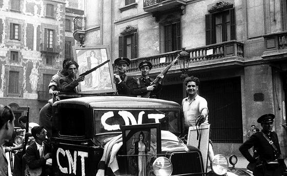 Serra apareix en aquesta foto, portada del llibre de Mir, que mostra una patrulla de control, però l'autor no ha revelat qui és