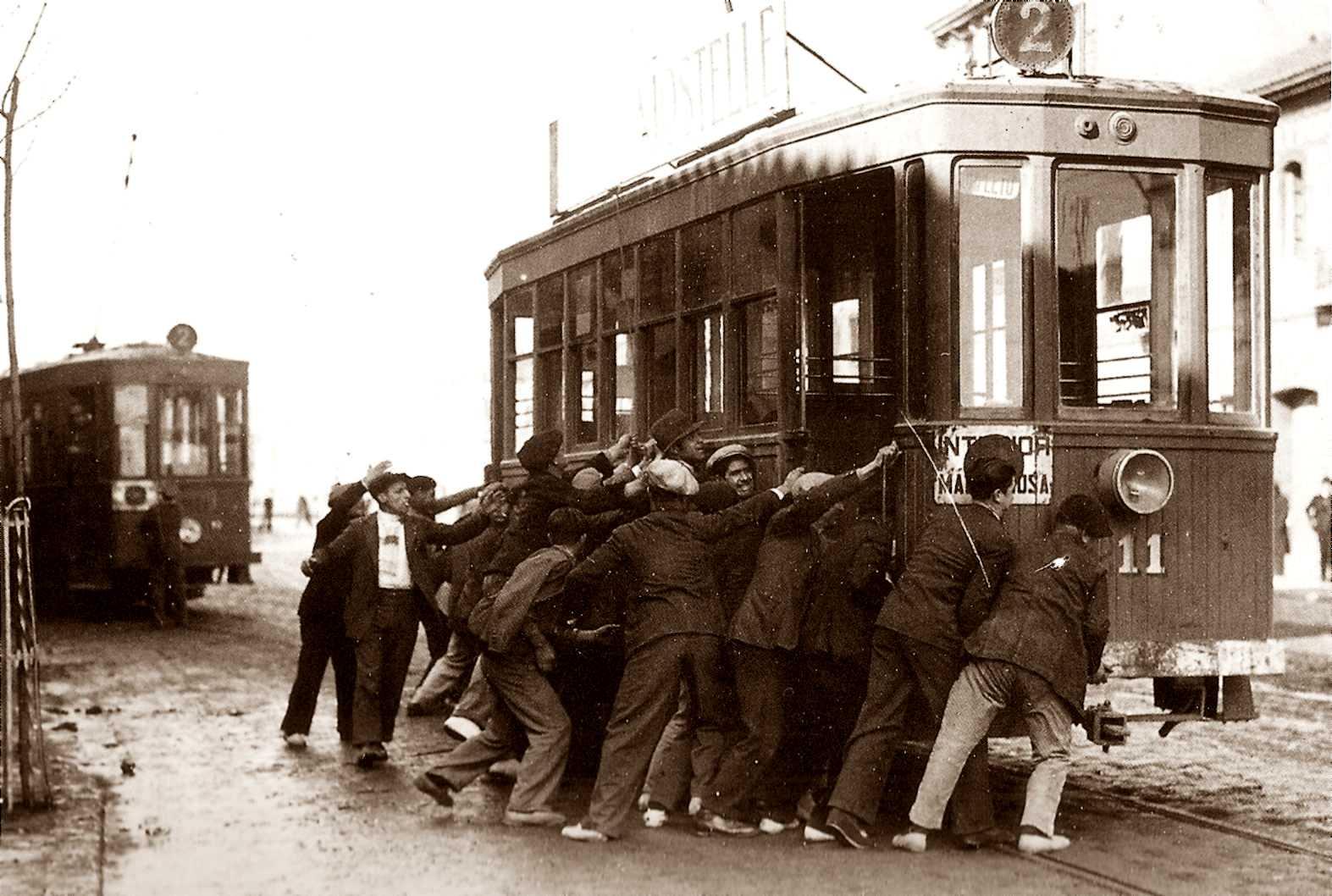 Obrers fent una barricada amb un tramvia als carrers de València durant la vaga general de març de 1919