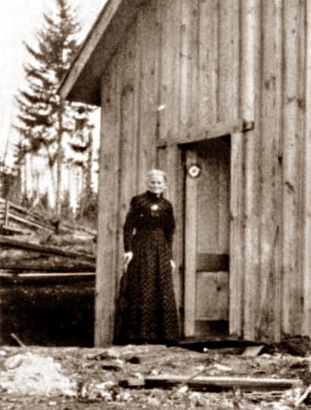 Lois Waisbrooker a la porta de la seva nova casa a la Colònia Home (1902)