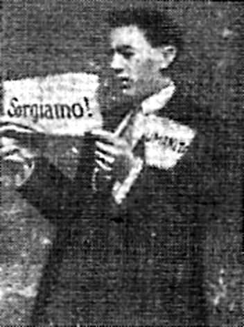 """Vincenzo Zanelli amb un exemplar de """"Sorgiamo"""""""